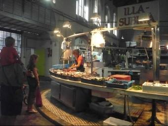 Una de les parades de la venda de peix del mercat que ara han d'obrir a les tardes. E.F