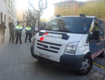Els Mossos traslladant ahir l'arrestat als jutjats de Tarragona, on va estar declarant durant més de dues hores. G. P