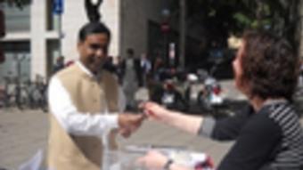 Un barceloní d'origen hindú vota a la consulta sobre la independència al centre de Barcelona ARXIU