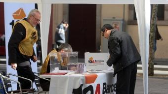 Dos voluntaris de Barcelona Decideix en un punt de votació durant la prova pilot que es va fer a la Barceloneta O. DURAN