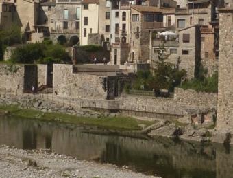 El riu Fluvià al seu pas per Besalú. La vila garrotxina és el municipi de més habitants del consorci. R. E