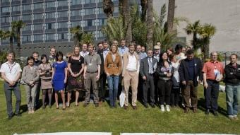 Observadors internacionals i membres de l'organització , gaudint del sol ahir a Barcelona ROBERT RAMOS