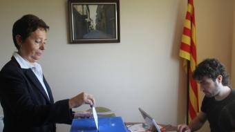 Una dona vota en la consulta organitzada per Bellmunt d'Urgell Decidix. D.M