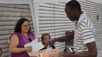 Un votant, originari de Guinea Bissau, ahir, exercint el dret a vot a la taula de les Cotxeres, a Sants, que va ser de les més concorregudes ROBERT RAMOS