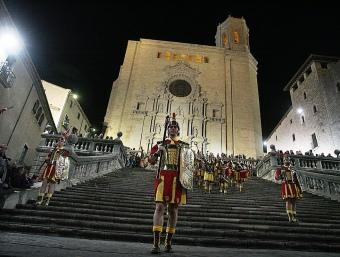Els manaies encapçalen la processó del Sant Enterrament, divendres sant, a Girona.  MANEL LLADÓ