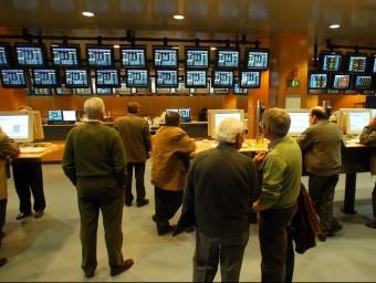 Imatge d'inversors seguint les incidències dels mercats, a la Borsa de Barcelona  ARXIU