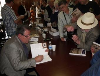 L'autor signa alguns llibres després de l'acte, al nombrós públic assistent. ESCORCOLL