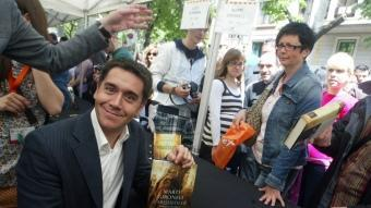 Martí Gironell, ahir, signant llibres a Barcelona. QUIM PUIG