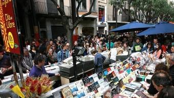 La Rambla de Girona per Sant Jordi. MANEL LLADÓ