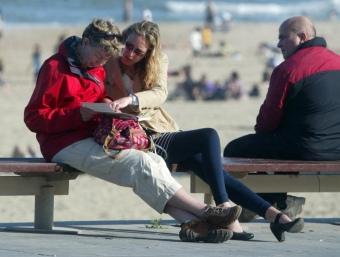 Els estrangers han disfrutat del litoral de Barcelona en els moments de sol. Al costat, un moment de l'operació tornada d'ahir, cotxes a Gelida en direcció Barcelona QUIM PUIG