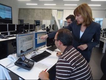 La directora dels serveis territorials d'Interior seguint ahir l'activació de les sirenes des del centre 112, a Reus G. P