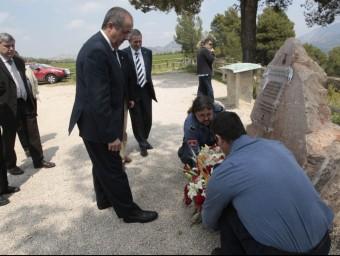 Ofrena floral al monòlit dedicat als bombers morts al mirador dels Ports. J.C.LEÓN /ARXIU