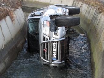 El vehicle ha caigut dins de l'aigua del canal, al camí de la Mariola XAVIER LOZANO / ACN