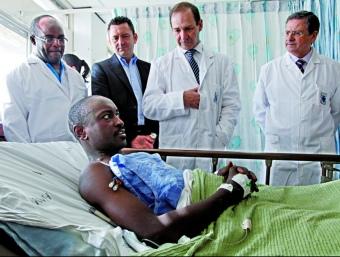 Un malalt trasplantat, amb els metges que l'atenen, a l'hospital Nacional de Kenya.  NOVARTIS