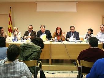 Els candidats van reunir-se a la biblioteca per exposar i debatre aspectes del programa electoral. XAVI SALBANYÀ