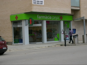 Façana de la farmàcia Peya del passeig Folch i Torres de Salt, assaltada el passat 18 d'abril. M.B