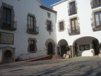 La façana de l'Ajuntament d'Arenys de Mar, a l'entrada de la població. E.F