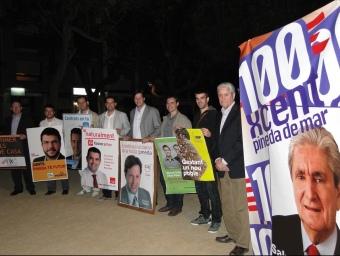 Els candidats de Pineda posen davant la càmera amb els cartells que van penjar ahir amb motiu de l'inici de la campanya electoral. T.M