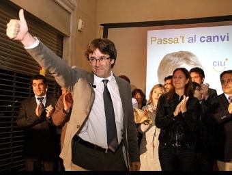 Carles Puigdemont (CiU) en l'inici de campanya ahir a mitjanit en el seu local electoral de la Rambla de Girona.  MANEL LLADÓ / D.V