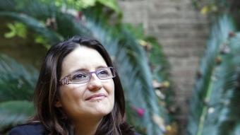 Mónica Oltra al jardí de les Corts. JOSÉ CUÉLLAR