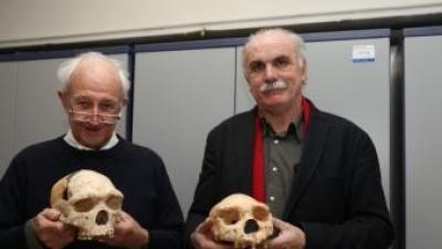 """Henry de Lumley, descobridor de """"l'home de Talteüll"""", amb l'antropòleg Eudald Carbonell.  Estat actual de la Cauna de l'Aragó."""