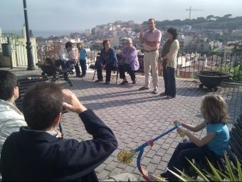Al veïnat del Pla dels Frares, Josep Anton López i Assum Balliu parlant de les polítiques socials. EL PUNT