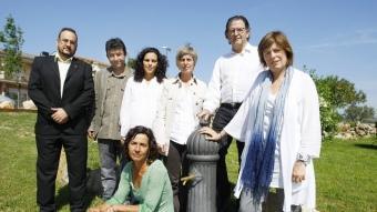 Els candidats de Vilafant en una font. D'esquerra a dreta: José Francisco Parra (PP), Albert Barserba (ERC), Rosa Torrent (ViU), Tresa González (ICV) -ajupida-, Consol Cantenys (PSC), Paulí Fernández (BMV) i Montse Ricart (CiU).