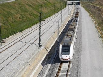 El tren que fa el recorregut entre Barcelona i l'estació de Figueres-Vilafant del TAV, a l'alçada de Vilafant. LLUÍS SERRAT