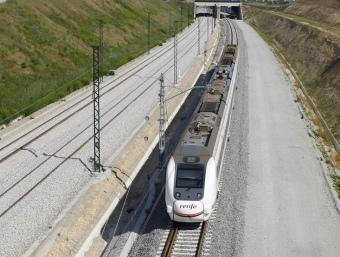El tren que fa el recorregut entre Barcelona i l'estació de Figueres-Vilafant del TAV, a l'alçada de Vilafant LLUÍS SERRAT