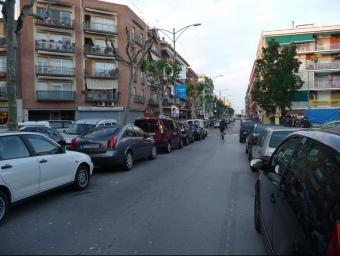 L'avinguda Hispanitat de Pineda, plena de cotxes a tothora. T.M