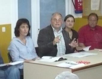 El míting dels socialistes, amb Josep López al capdavant, al local social de la Roqueta, ahir a la nit. A.V