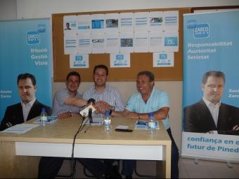 Diego Sánchez, president comarcal, Xavier Zarco, candidat i Manel Giménez, president local ahir a Pineda. T.M