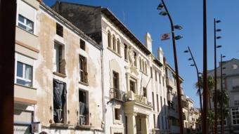 Plaça Major de Pego amb l'Ajuntament a l'esquerra de la imatge.