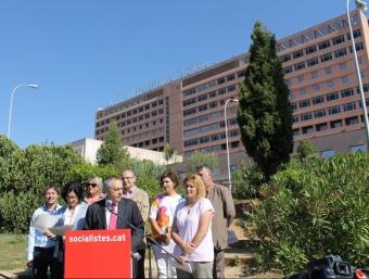 Navarro , en primer terme, acompanyat de la resta de candidats davant l'hospital J.A