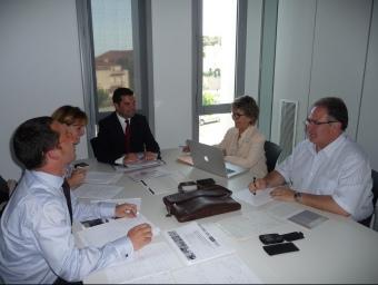 L'equip econòmic del PSC, presidit per Xavier Amor, ahir a l'edifici Innova. T.M