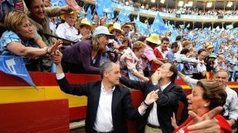 El candidat a la reelecció Francisco Camps i el líder dels populars espanyols Mariano Rajoy van omplir la plaça de toros de València EFE