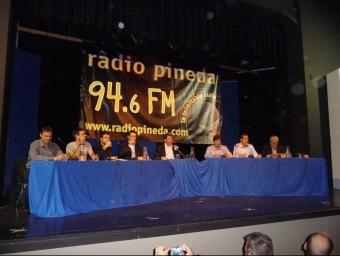 Imatge dels candidats de Pineda a les eleccions municipals en el debat organitzat per Ràdio Pineda a la sala gran del Centre Cultural i Recreatiu. T.M