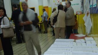 Paperetes en un col·legi electoral de Vilanova i la Geltrú en una foto d'arxiu C.M