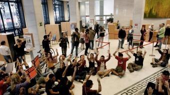 Moment en què un grup de concentrats accedeix al Banc de València. EFE
