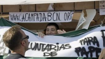 Membres del moviment, ahir, penjant proclames a la plaça Catalunya. ROBERT RAMOS