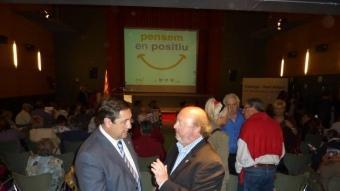 Josep Maria Pelegrí, a l'esquerra, amb l'alcaldable de CiU, a Calonge, Jordi Soler, ahir a la tarda al Fontova. J.T