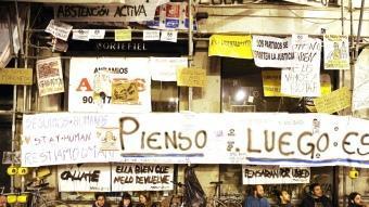 La Puerta del Sol i els seus voltants estan plens de pancartes amb els missatges més diversos PEDRO PALOU/ AFP