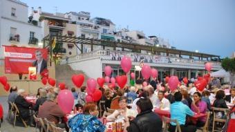El PSC de Sitges va organitzar un sopar popular a la plaça Catalunya, ahir al vespre. M.L