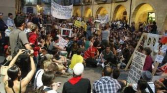 Gent protestant a la plaça del Vi de Girona després de sortir de la plaça de Catalunya. JOAN SABATER / J. CASAS / M. VICENTE