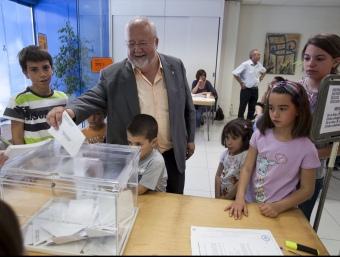 Salvador Esteve (CiU), acompanyat de la seva dona i alguns dels seus nets ahir en el moment de votar ROBERT RAMOS
