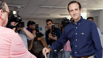El candidat del PP al Parlament Balear, José Ramón Bauzà, votant avui a Marratxí MONTSERRAT T. DIEZ