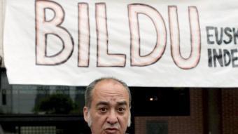 El candidat de Bildu a diputat general de Guipúscoa, Martín Garitano, atén als mitjans després de votar avui a Sant Sebastià JAVIER ETXEZARRETA / EFE