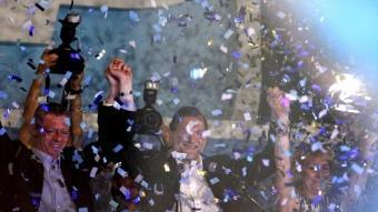 El líder del PP, Mariano Rajoy, celebrant els resultats electorals amb l'alcalde de Madrid, Alberto Ruíz Gallardón, i la presidenta de la Comunitat de Madrid, Esperanza Aguirre JAVIER LIZÓN / EFE