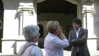 Puigdemont amb unes ciutadanes al davant de l'Ajuntament de Girona J.SABATER