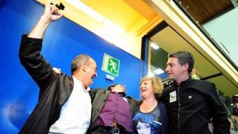 Garitano , alcaldable de Bildu a Sant Sebastià, alça el puny amb Urizar, Badiola i Matute. A la dreta Ares, Pastor i López (PSE). A baix, Bilbao abraça Azkuna davant Urkullu AFP / EFE